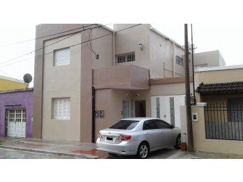 Casa 2 Dormitorios con Cochera - A metros de Av. Ramirez