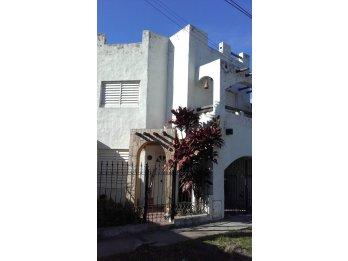 Casa calle Blas Parera 2512 - EXCELENTE ESTADO