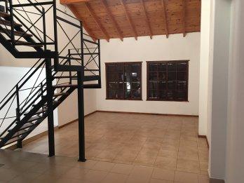 Casa de 2 plantas, cochera y quincho