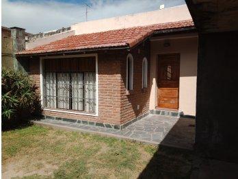 Alquilo particular casa 3 dormitorios céntrica con cochera