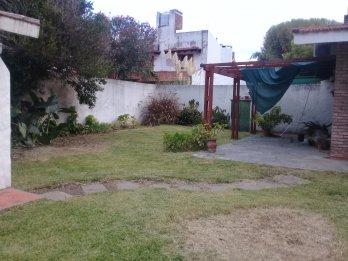 Inmobiliaria Vende Casa 2 dormitorios, garaje, verde