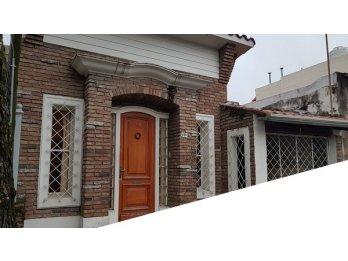 Venta: Casa de dos dormitorios, fondo con verde. Zona Parque