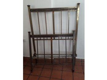 Antigua cama de bronce.