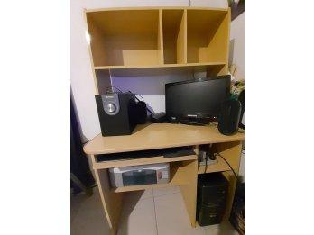Computadora de Escritorio con impresora y mueble