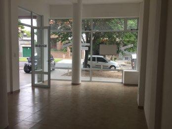 LOCAL EN ALQUILER CON AMPLIA VIDRIERA // wsp 📲3435026400