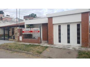 VENDO CASA 4 DORMITORIOS, COCHERA Y FONDO. ZONA EXHIPODROMO